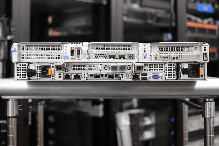 Mặt sau của Dell EMC PowerEdge R750
